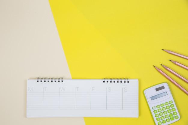 Biurko ze stołem biurowym, leżące płasko. tło obszaru roboczego Darmowe Zdjęcia