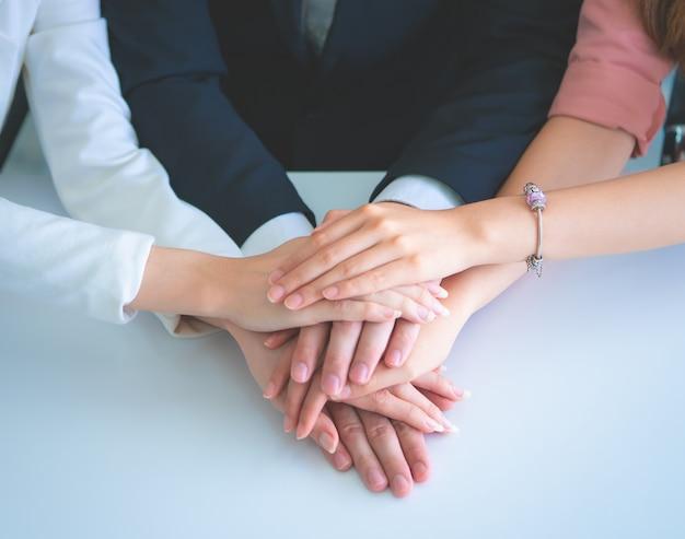 Biuro ludzie łącząc rękę dla koncepcji sukcesu zespołu biznesowego Premium Zdjęcia