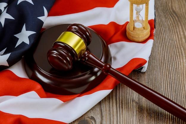Biuro Prawników Młotek Sprawiedliwości Symbol Symbol Prawa Z Klepsydry Na Fladze Stanów Zjednoczonych Premium Zdjęcia