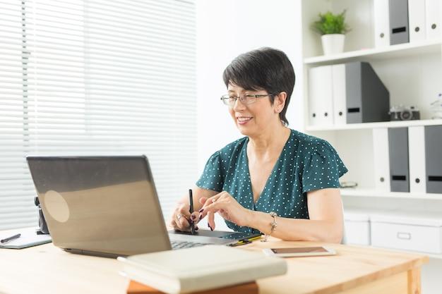 Biuro, Projektant Graficzny Koncepcja - Biznes Kobieta Ręce Trzymając Cyfrowy Tablet, Rysunek Szkic Premium Zdjęcia