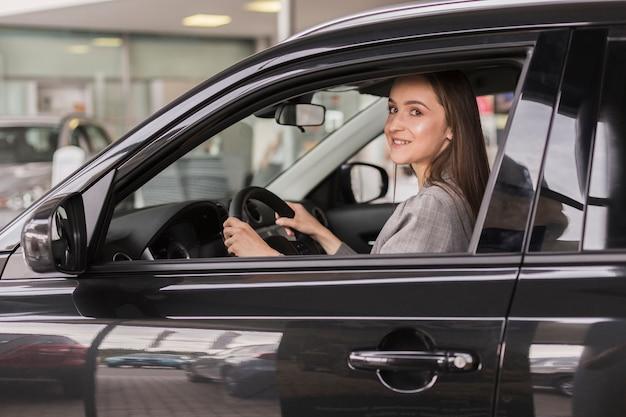 Biuro ubrana kobieta siedzi w samochodzie Darmowe Zdjęcia
