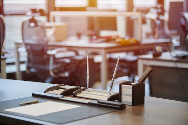 Biurowe miejsce pracy z papeterią. szef, szef, przełożony lub szef miejsca pracy firmy w nowoczesnym biurze. wygodny stół roboczy i skórzane krzesło komputerowe. Premium Zdjęcia