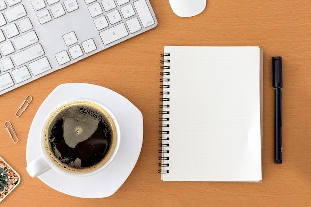 Biurowy Miejsce Pracy Z Klawiaturą, Notepad, Myszą I Kawą Filiżanka Na Drewnianym Stole ,. Nad światłem Premium Zdjęcia