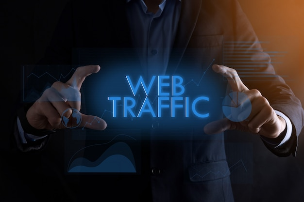 Biznes Człowiek Ręce Trzymając Napis Ruchu Internetowego Z Różnymi Wykresami. Pomyślna Koncepcja Biznesowa. Poprawa Ruchu W Witrynie. Eo. Premium Zdjęcia