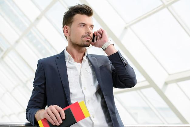 Biznes człowiek rozmawia przez telefon podróży spaceru. Premium Zdjęcia