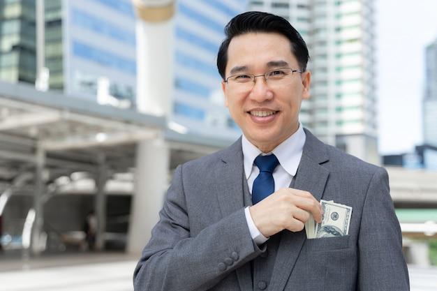 Biznes Człowiek Trzyma Pieniądze W Ręku Rachunki W Dolarach Amerykańskich W Dzielnicy Biznesowej Darmowe Zdjęcia