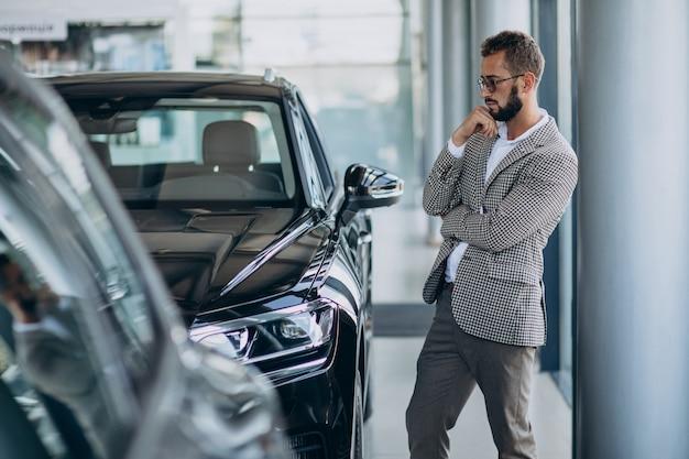 Biznes Człowiek Wybierając Samochód W Salonie Samochodowym Darmowe Zdjęcia
