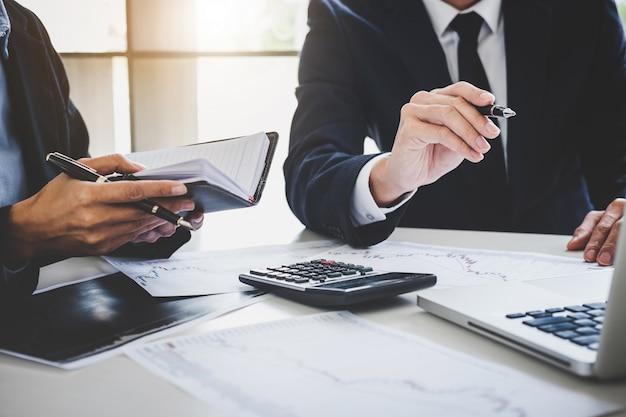 Biznes drużynowa inwestycja pracuje z komputerem i analiza wykresu rynku papierów wartościowych handlować Premium Zdjęcia