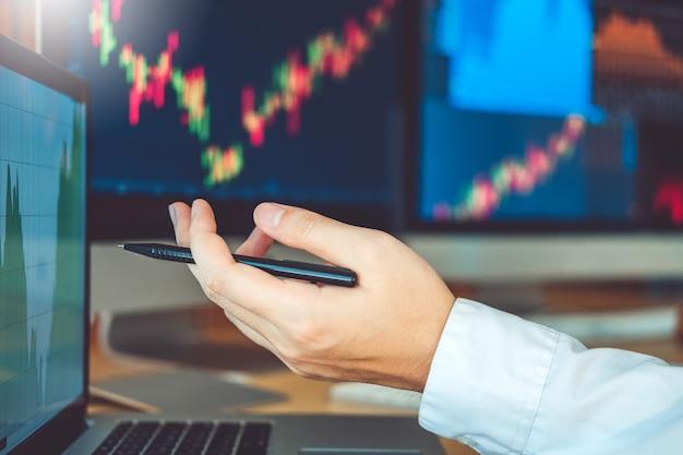 Biznes drużynowy inwestorski przedsiębiorca handlowy dyskutujący i analiza wykresu rynku papierów wartościowych handel, akcyjnej mapy pojęcie Premium Zdjęcia