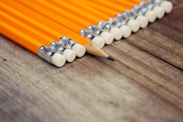 Biznes i edukacja rustykalny drewniany z żółtymi ołówkami. miejsce na przesłanie motywacyjne. Premium Zdjęcia