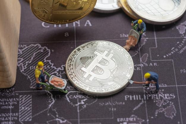 Biznes I Finanse, Górnicy Pracujący W Kopalni Bitcoin. Premium Zdjęcia