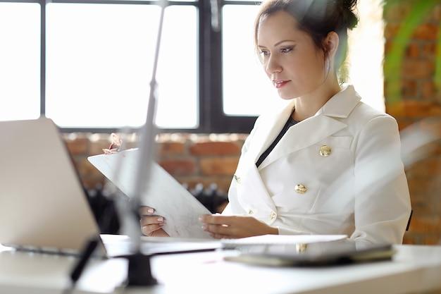 Biznes Kobieta Pracuje W Biurze Darmowe Zdjęcia