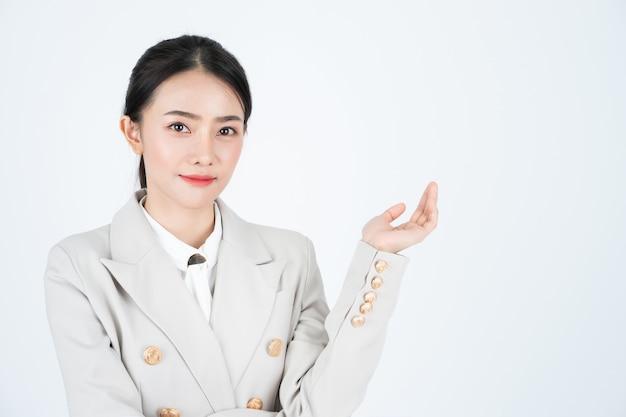 Biznes Kobieta Przedstawia Profil Firmy I Produktu. Kierownik Ma Na Sobie Garnitur I Białą Koszulę. Premium Zdjęcia