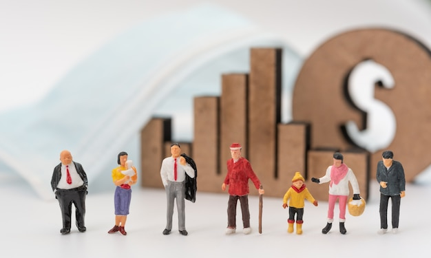 Biznes Miniture, Stary, Dziecko, Dziecko, Młodzi Ludzie, Maska, Wykres I Ikona Dolara Na Białym Tle Z Powodu Pandemicznego Koronawirusa (covid-19) Koncepcyjnego, Wybierz Ekonomicznego Lub życia Premium Zdjęcia