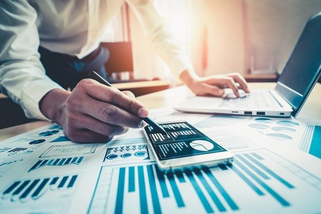 Biznesmen Analizuje Dane Z Badań Rynku Akcji. Premium Zdjęcia