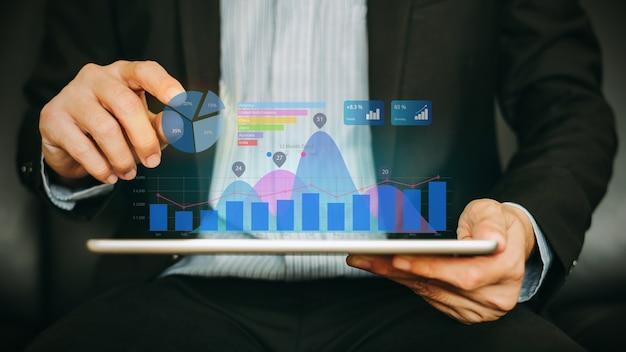 Biznesmen Analizuje Firmę Pieniężną Pracując Z Cyfrową Rozszerzoną Rzeczywistość Grafiką. Premium Zdjęcia
