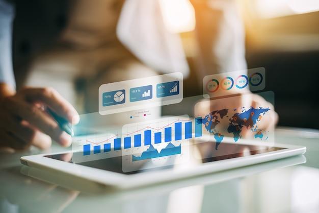 Biznesmen Analizuje Pieniężnego Fundusz Z Cyfrową Rozszerzoną Rzeczywistością. Premium Zdjęcia