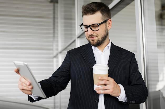 Biznesmen Ciesząc Się Dnia W Biurze Darmowe Zdjęcia