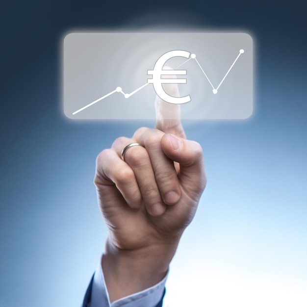 Biznesmen Dotknął Ikony Waluty Euro Na Wirtualnym Ekranie Finansowym Premium Zdjęcia