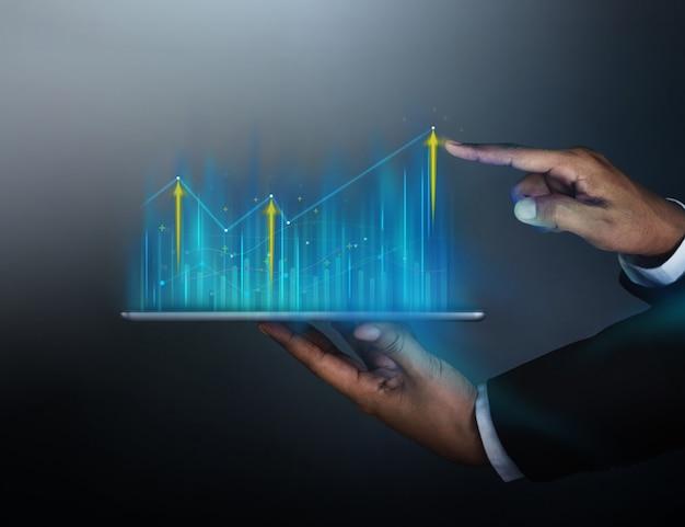 Biznesmen, dotykając mapy informacji na temat cyfrowego tabletu Premium Zdjęcia