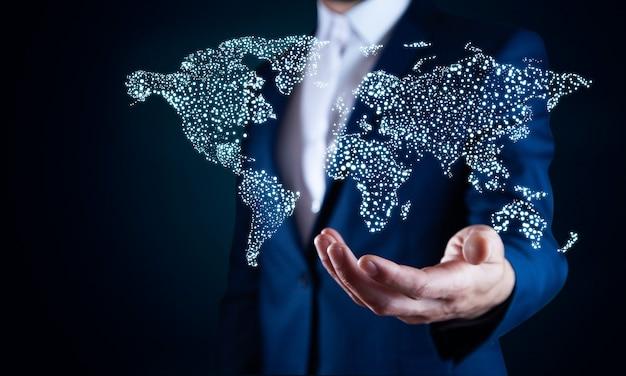 Biznesmen, Dotykając Na Mapie świata Z Futurystycznym Interfejsem Komunikacyjnym. Premium Zdjęcia