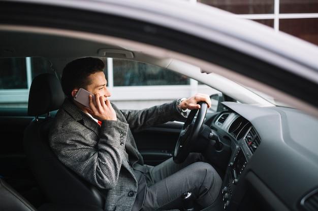 Biznesmen Dzwoni Wewnątrz Samochodu Darmowe Zdjęcia