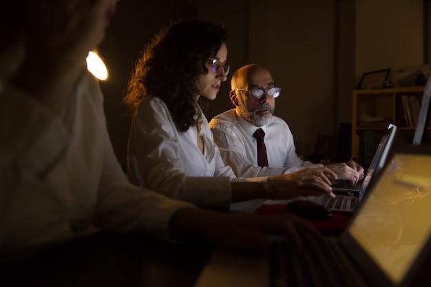 Biznesmen I Bizneswomany Pracuje Z Laptopami Darmowe Zdjęcia