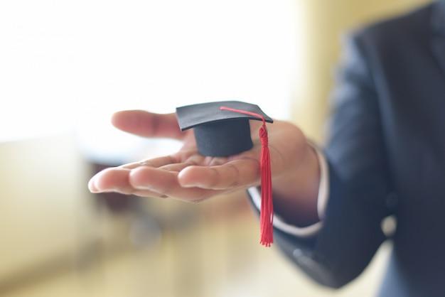 Biznesmen Lub Student Z Czapką Ukończenia Szkoły W Dniu Ukończenia Pogratulował Absolwentom Uniwersytetu - Graduation Education Business Study Concept Premium Zdjęcia