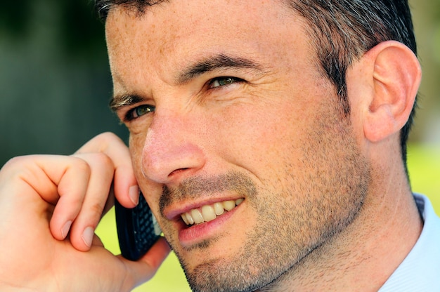 Biznesmen Ma Komunikację Ze Swoim Telefonem Komórkowym Premium Zdjęcia
