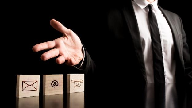 Biznesmen Na Prostym Kontaktowym Pojęciu Premium Zdjęcia