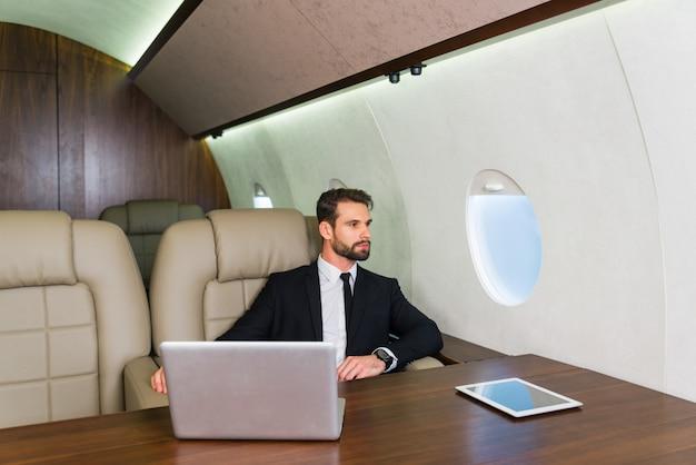 Biznesmen Na Prywatny Odrzutowiec Premium Zdjęcia