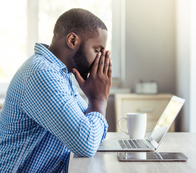 Biznesmen Opiera Się Na Rękach Podczas Pracy Premium Zdjęcia