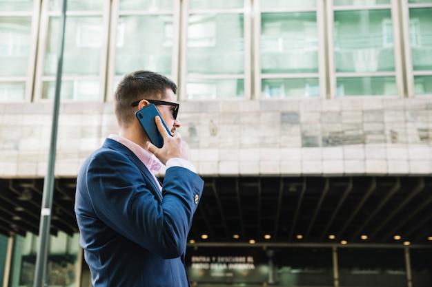Biznesmen Podejmowania Rozmowy Telefonicznej W środowisku Miejskim Darmowe Zdjęcia