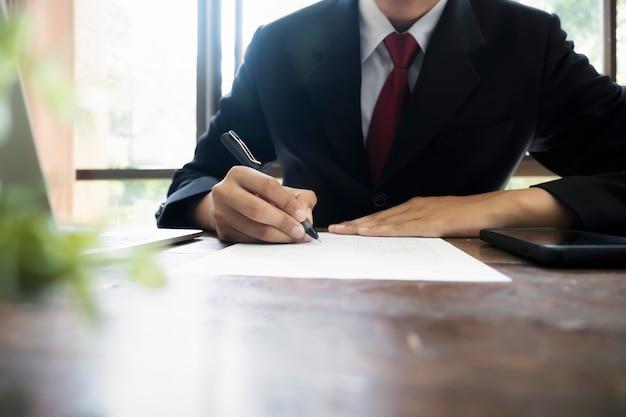 Biznesmen podpisanie umowy zawarcia umowy. Premium Zdjęcia