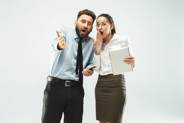 Biznesmen Pokazuje Laptopa Swojemu Koledze W Biurze. Darmowe Zdjęcia