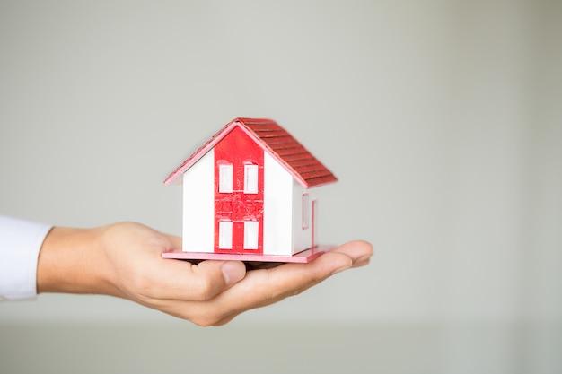Biznesmen posiadania modelu domu Darmowe Zdjęcia