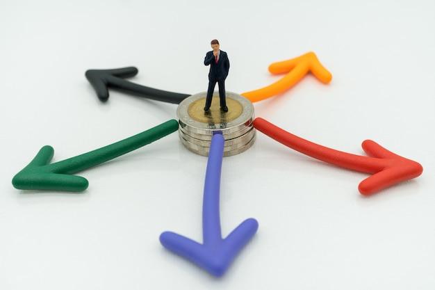 Biznesmen Pozycja Na Monetach I Strzałkowatej ścieżki Wyboru, Decyzja Biznesowa Premium Zdjęcia