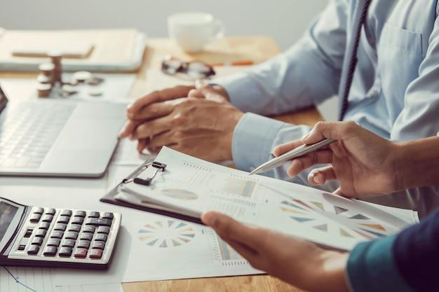 Biznesmen Pracuje W Biurze Za Pomocą Kalkulatora Do Obliczania Liczb Koncepcji Rachunkowości Finansów Premium Zdjęcia
