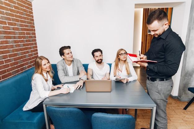 Biznesmen pracuje w biurze Darmowe Zdjęcia
