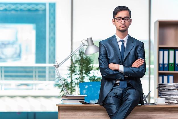 Biznesmen Pracuje W Biurze Premium Zdjęcia