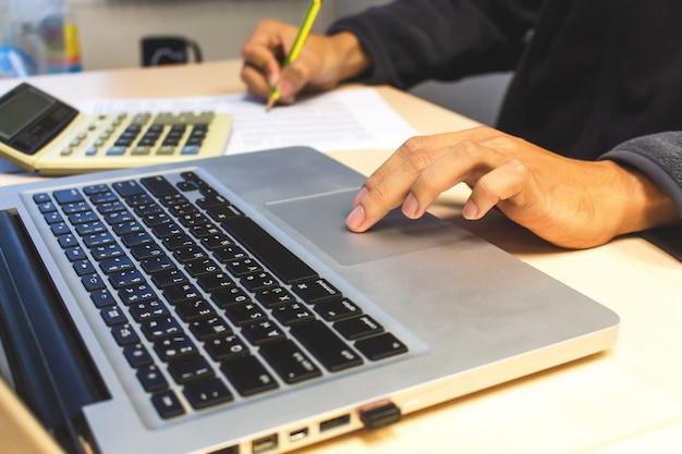 Biznesmen pracuje z kalkulatorem Premium Zdjęcia