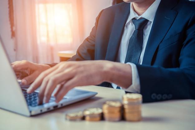 Biznesmen Pracuje Z Monetą Waluty. Koncepcja Wzrostu Inwestycji I Oszczędności Pieniędzy. Premium Zdjęcia