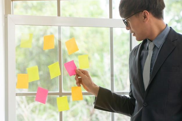 Biznesmen przedstawiający plan projektu i zadanie w procesie zwinnym dla zespołu w sali konferencyjnej na burzę mózgów Premium Zdjęcia