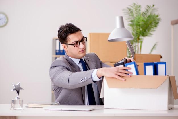 Biznesmen przeprowadzki biur po promocji Premium Zdjęcia