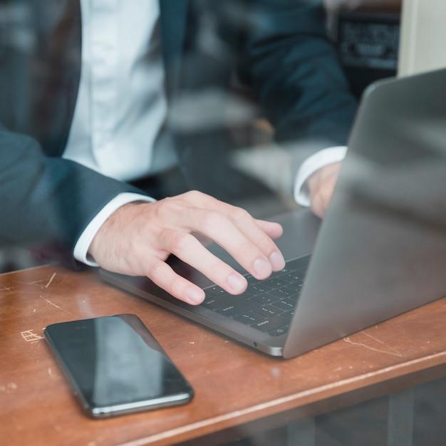 Biznesmen Ręka Pisać Na Laptopie Nad Biurkiem Darmowe Zdjęcia
