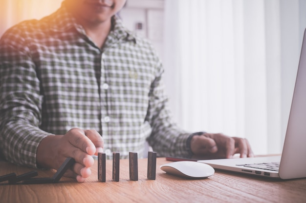 Biznesmen robi wyrzynarce, pojęcie biznes sukces. Premium Zdjęcia