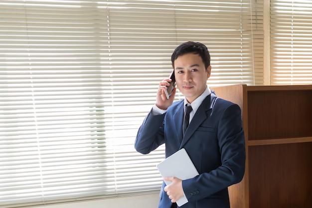 Biznesmen Rozmawia Przez Telefon Premium Zdjęcia