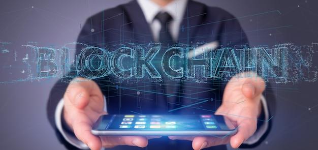 Biznesmen Trzyma Blockchain Tytuł Odizolowywającego Premium Zdjęcia