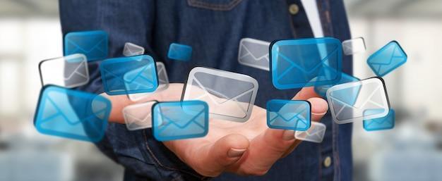 Biznesmen trzyma cyfrowe email ikony Premium Zdjęcia