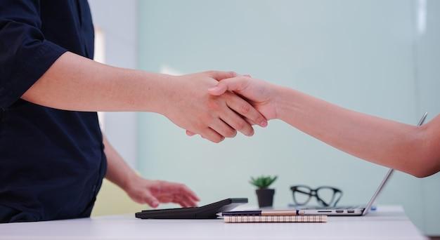 Biznesmen uścisk dłoni z partnerem partnera do umowy lub transakcji koncepcji spółdzielni finansowej. Premium Zdjęcia